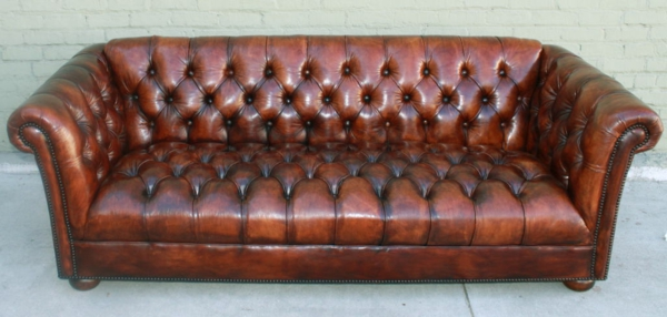 canape-cuir-vintage-marroon-capitonne-style-chesterfield-design-pietement-en-bois