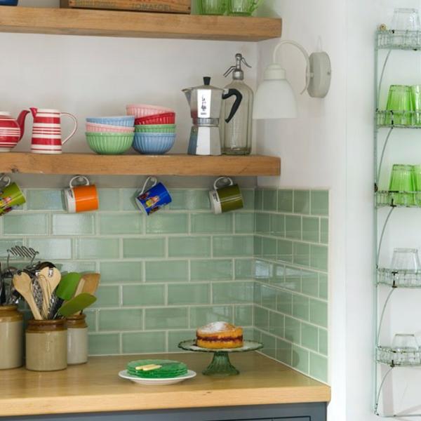 carrelage-cuisine-en-vert-et-étagère-original