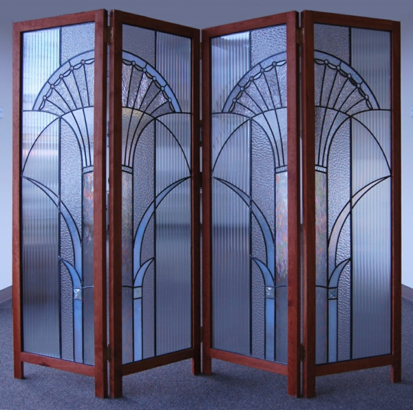 cloisons-en-bois-une-cloison-de-cadre-de-bois-décorée-de-peintures-sur-une-verre