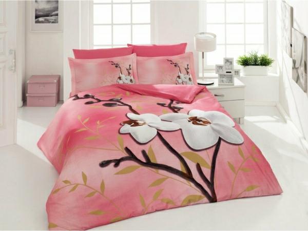 couette-imprimée-très-jolie-et-rose-dans-une-chambre-blanche