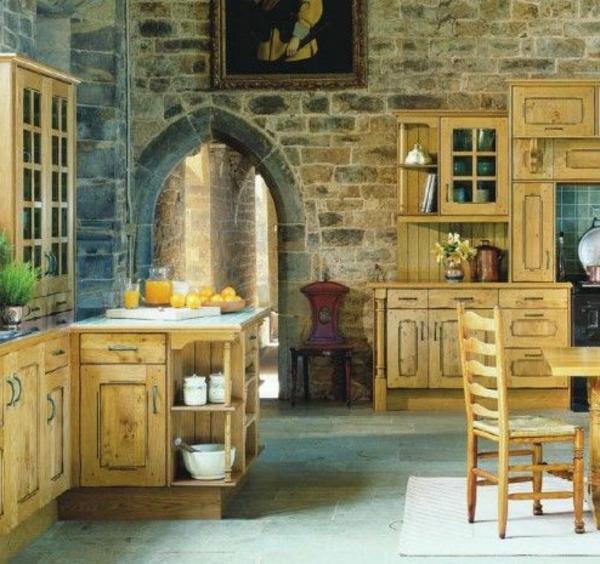 cuisines-rustiques-bois-jaunes-chaises
