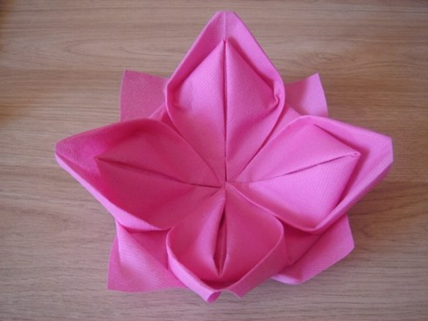 Lotus en serviette tuto verschiedene for Deco serviette de table en papier
