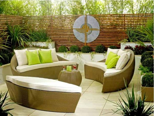 decoration-terrasse-exterieure-salon-canapes-ovale-coussins-verts