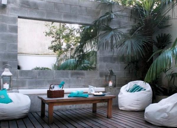 decoration-terrasse-exterieure-salon-coussins-poufs-bleus