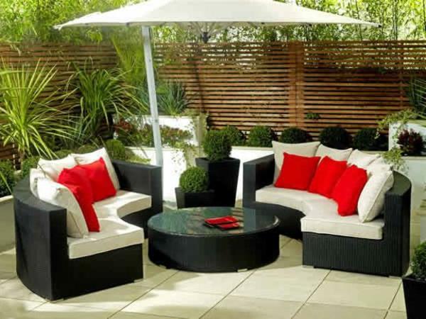 decoration-terrasse-exterieure-salon-coussins-rouges