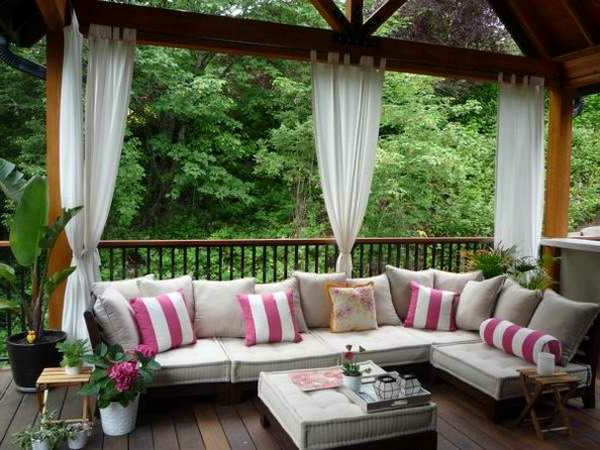 decoration terrasse exterieure avec coin salon et rideaux pergola