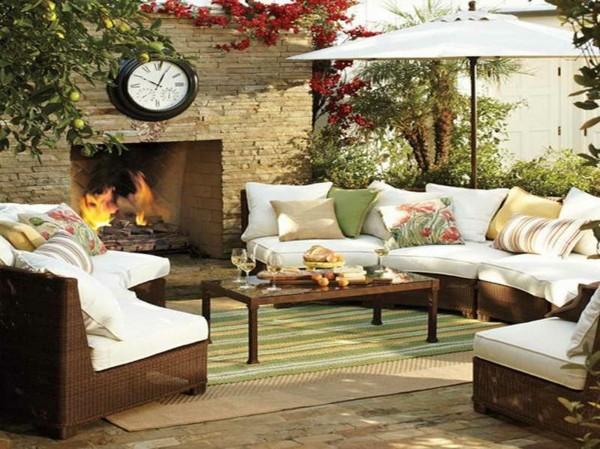 decoration-terrasse-exterieure-salon-parasol-et-cheminee
