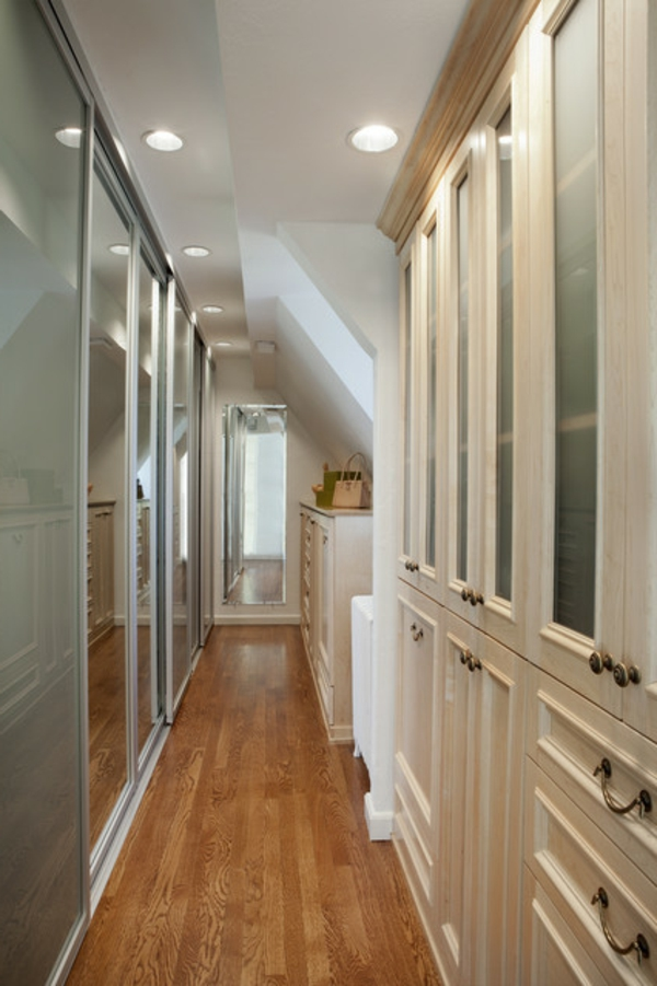 Un dressing mansarde des id es cr atives pour l 39 usage efficace de l 39 - Idee amenagement couloir ...