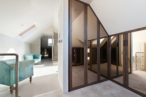 un dressing mansarde des id es cr atives pour l 39 usage efficace de l 39 espace disponible. Black Bedroom Furniture Sets. Home Design Ideas