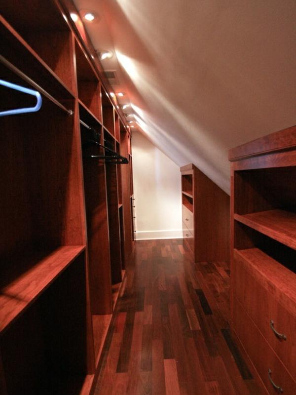 dressing-mansarde-idee-rangement-sous-le-toit-couloir-bois