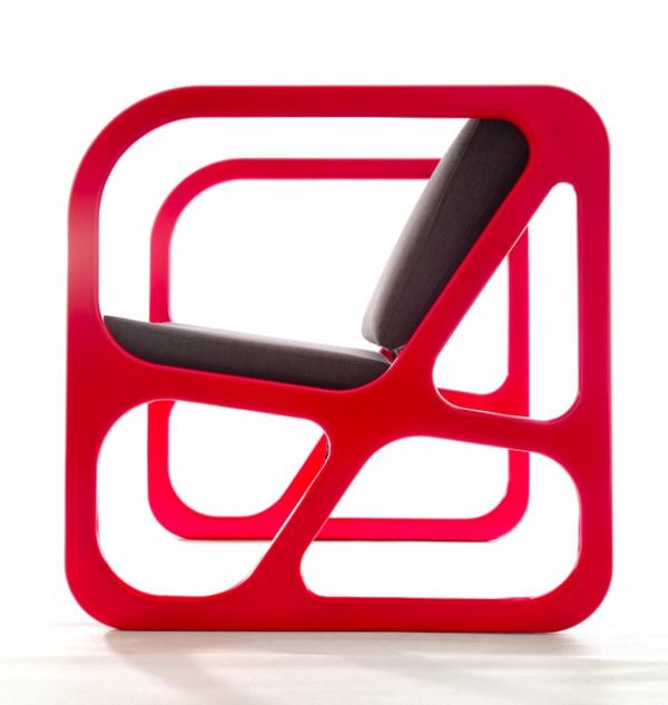 fauteuil-design-rouge-moderne-cubre-siege-et-dossier-noirs