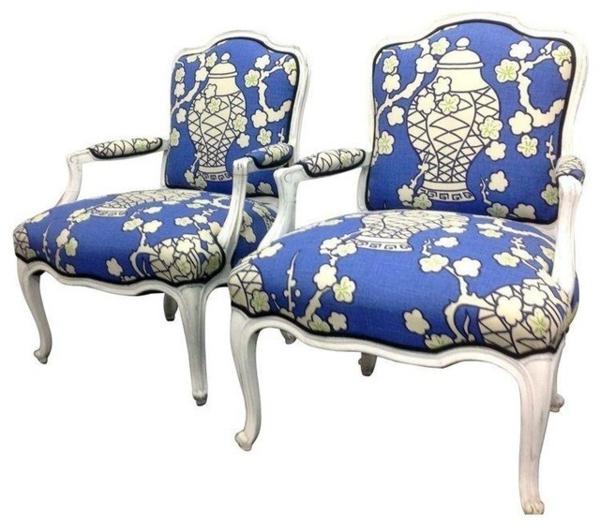 fauteuils-voltaire-bleus-aux-motifs-blancs