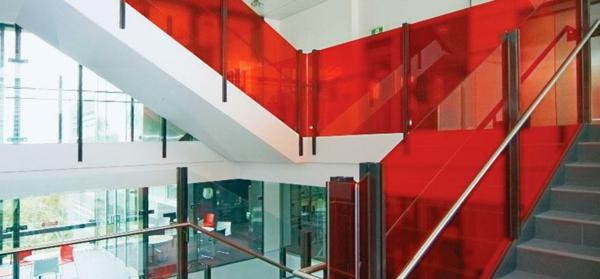 film-adhésif-de-vitrage-sur-les-parapets-d'un-escalier