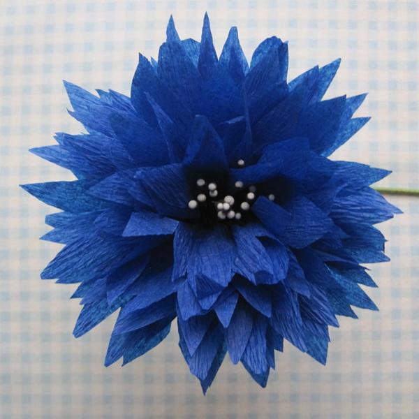 fleur en papier crepon, fleur bleue