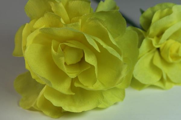 fleur-en-papier-crepon-jaunes-roses-de-pres