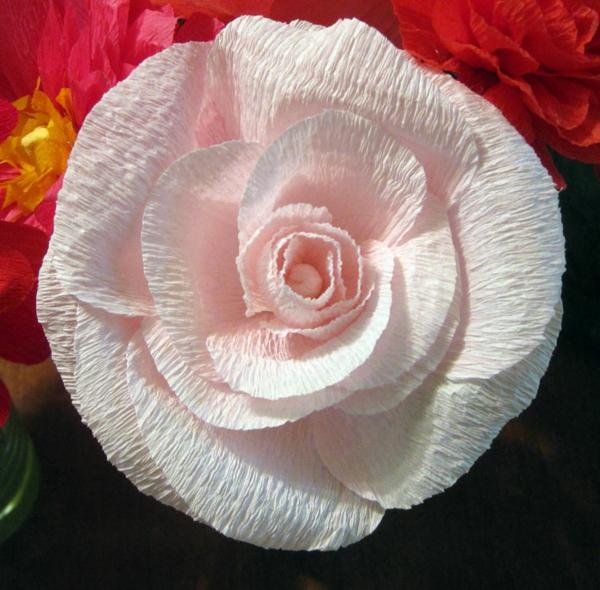fleur-en-papier-crepon-rose-pale