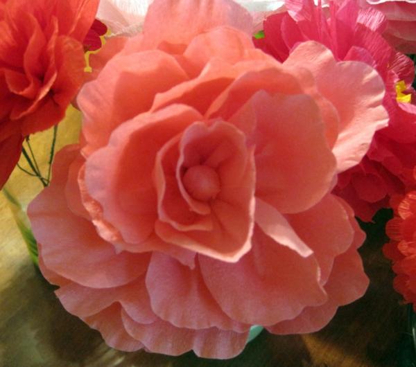 fleur-en-papier-crepon-rose-rouge