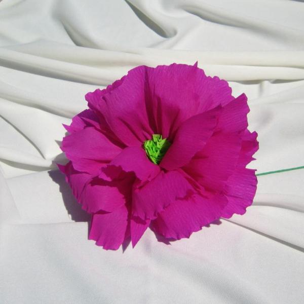 fleur-en-papier-crepon-rose-violet-sur-fond-blanc