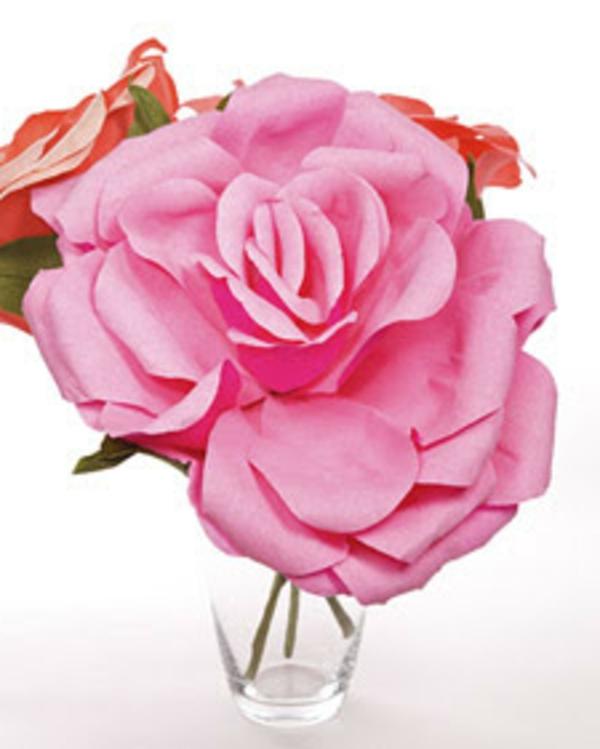 fleur-en-papier-crepon-roses-dans-un-verre