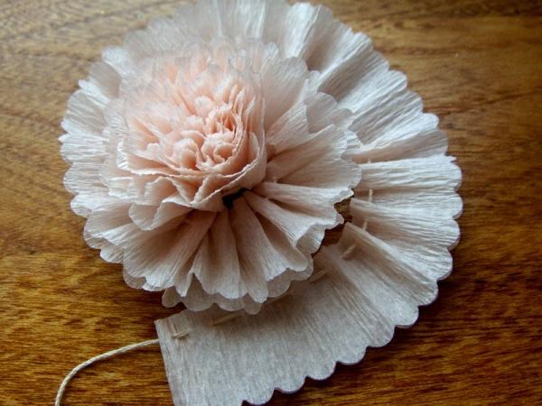 fleur-en-papier-crepon-technique-ficelle