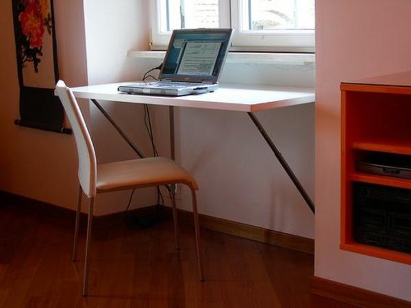 table-murale-rabattable-près-de-la-fenêtre-dans-une-petite-niche-appropriée