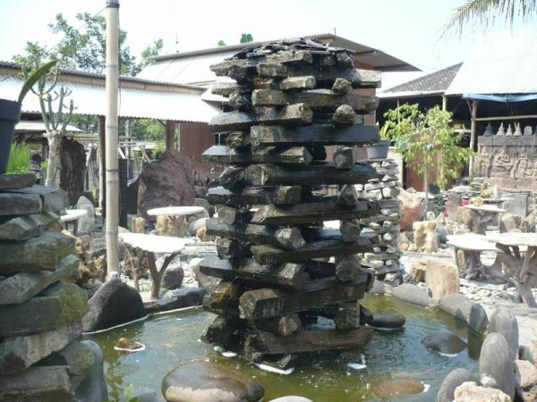 fontaine-de-jardin-design-pierre-cascade-forme-unique