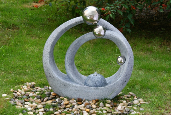 Une fontaine de jardin design quelques id es en photos for Decoration jardin boule pierre