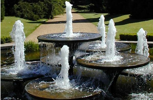 ... fontaine de jardin design cascade dans uun bassin pour un grand jardin
