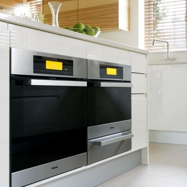 four-encastrable-noir-joli-et-grand-carrelage-et-murs-blancs