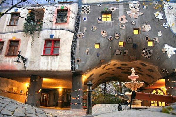 hundertwasser-architecture-maison-vienne-illuminee