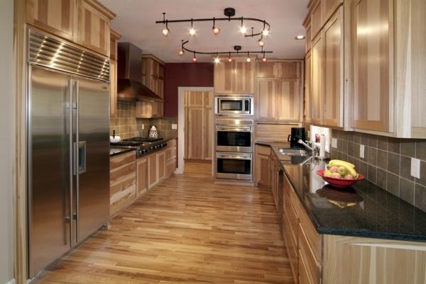 four-encastrable-noir-dans-une-cuisine-brillante