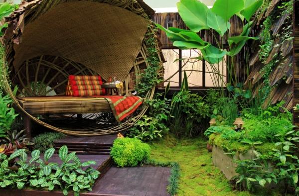 la-maison-en-bois-avec-decoration-et-verdure