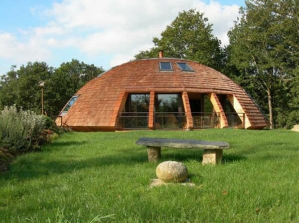 la-maison-en-bois-en-forme-d'une-soucoupe-volante