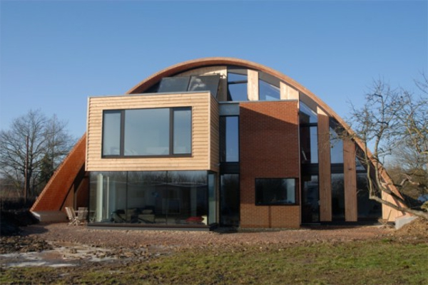 la-maison-en-bois-style futuriste-avec-toit-et-fenetres-incurves