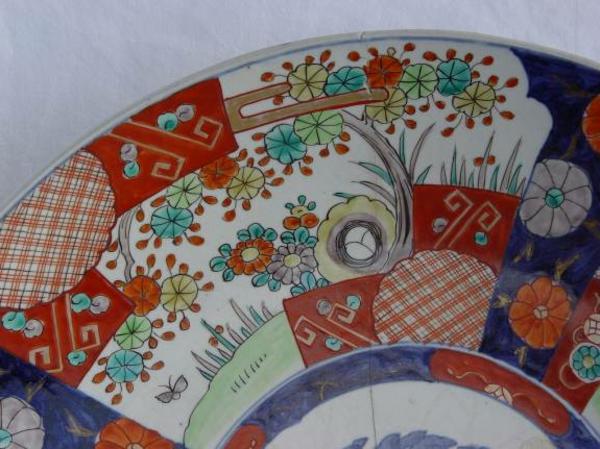 la-passion-pour-la-porcelaine-élément-d'une-assiette-moderne-de-porcelaine