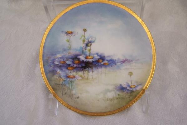 la-passion-pour-la-porcelaine-un-plateau-avec-des-marguerites-peintes