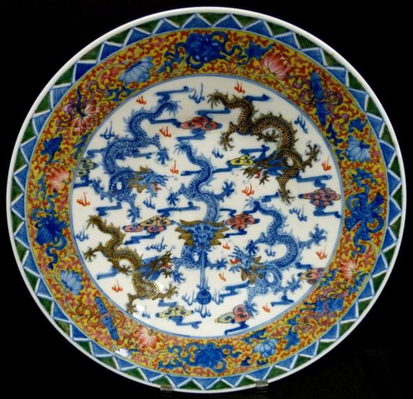 la-passion-pour-la-porcelaine-une-assiette-avec-des-ornements-peints