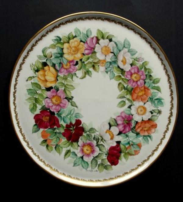 la-passion-pour-la-porcelaine-une-assiette-décorée-de-fleurs