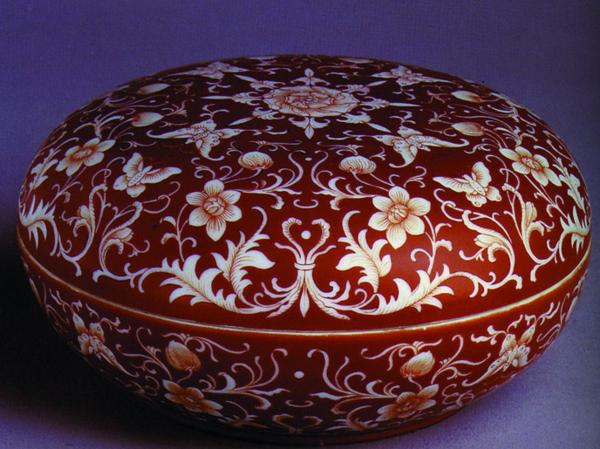 la-passion-pour-la-porcelaine-une-coupe-avec-couvercle-rouge