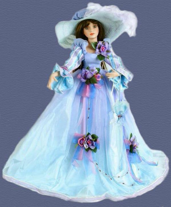 la-passion-pour-la-porcelaine-une-poupée-adorable-vêtue-en-bleu-et-lilas