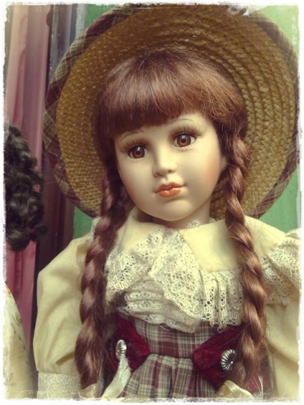 la-passion-pour-la-porcelaine-une-poupée-avec-des-tresses-brunes