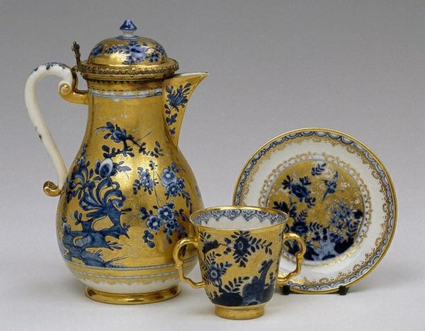 la-passion-pour-la-porcelaine-vision-classique-de-couleurs-dorée-et-bleue