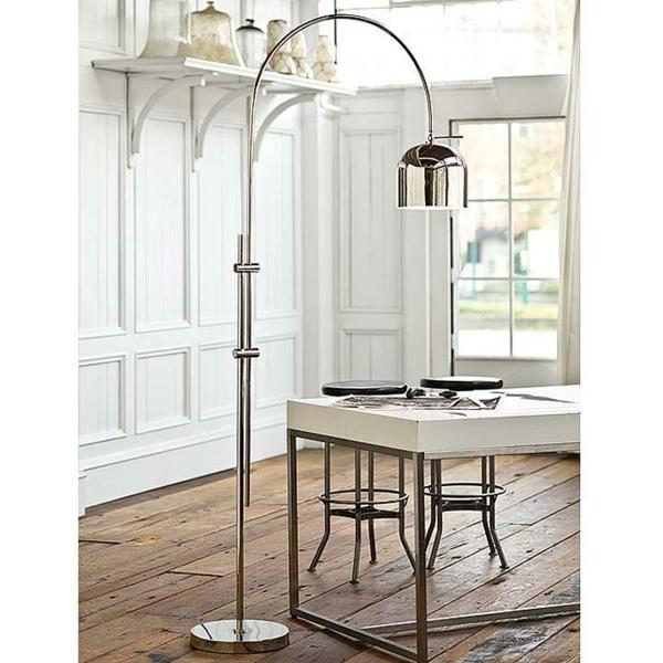 lampadaire-arc-au-dessus-d'une-table