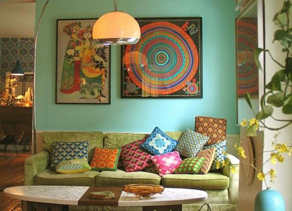lampadaire-arc-dans-une-salle-avec-jolie-décoration