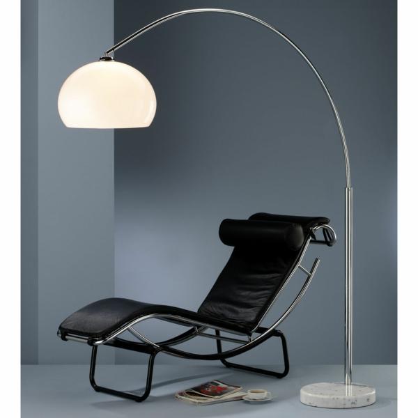 lampadaire-arc-et-une-chaise-noire