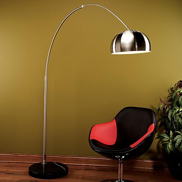 lampadaire-arc-et-une-chaise-rouge-et-noir