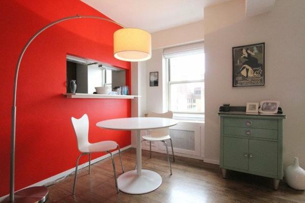 lampadaire-arc-près-d'un-mur-rouge