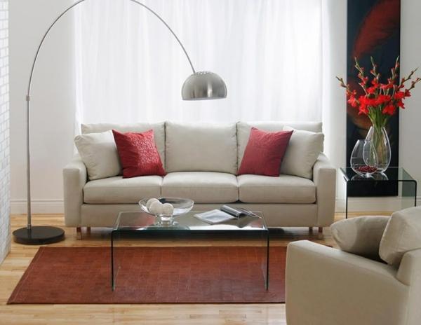 lampadaire-arc-et-un-divan-blanc