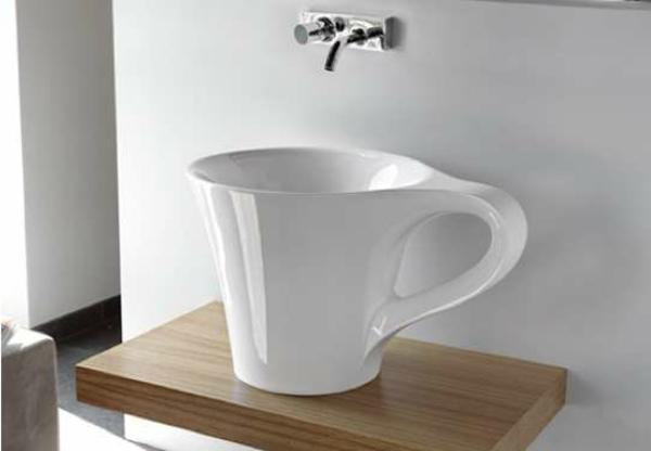 lavabo-a-forme-inhabituelle-elegante-tasse-a-cafe