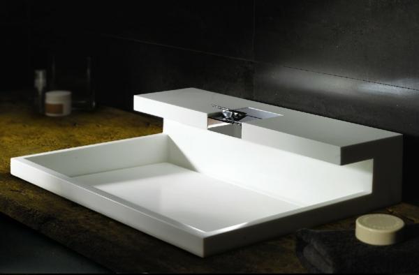lavabo-a-forme-inhabituelle-extravagante-fayence-robinet